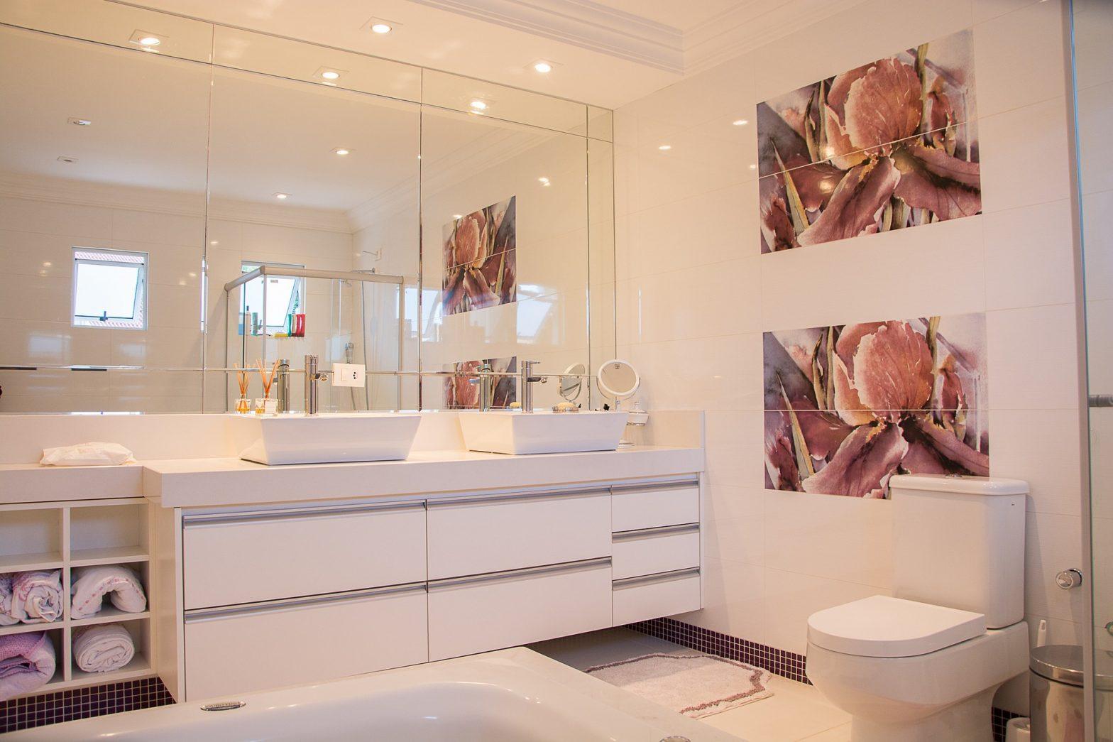 Aranżacja łazienki z wykorzystaniem szafek wiszących